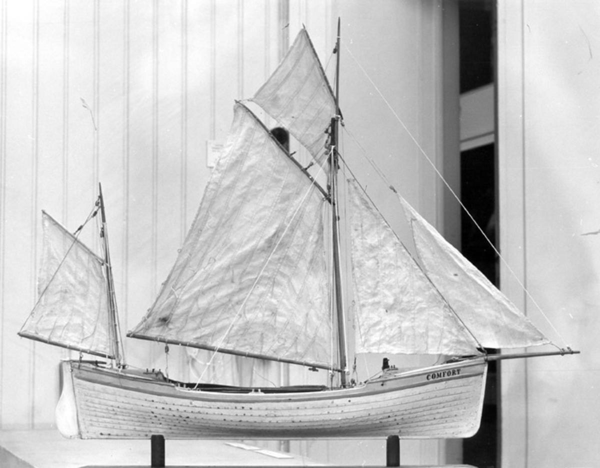"""Skrivet på baksidan: Nordlandsmuseet, Bodö """"Finnefjording"""", samtidig modell  Fotograferat av: A.E. Christensen . Tromsö museum . Norge"""