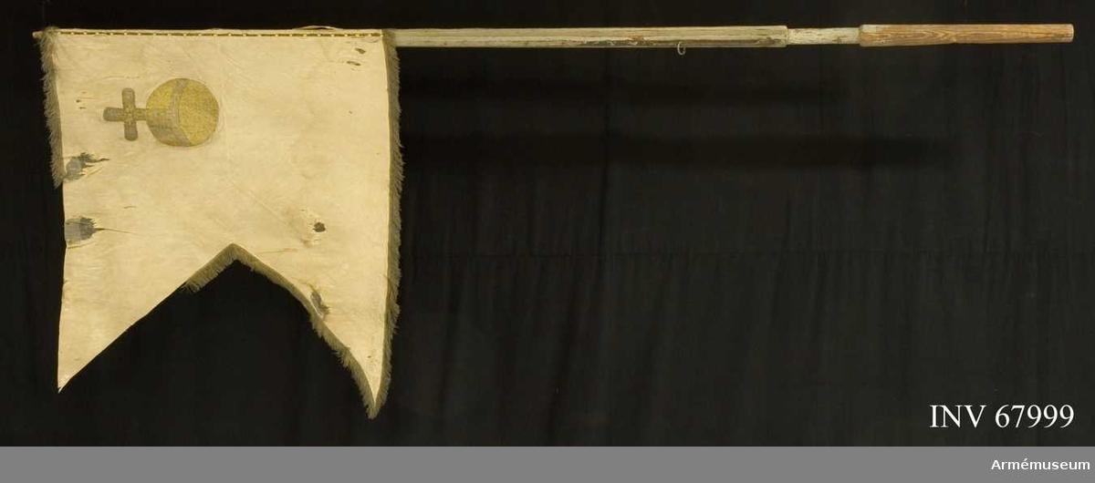 Duk: Tillverkat av enkel vit sidendamast. Tvåtungad. Sydd av två horisontella våder. Kantad med enkel frans i guld och silver. Fäst vid stången en rad tennlikor på knypplad spets i guld.   Dekor:  I övre inre hörnet applicerat på båda sidor Upplands sköldemärke, ett broderat riksäpple i guld. Broderiet i läggsöm.   Stång: Tillverkad av vitgråmålad furu. Kannelerad. Beslagen med tre järnskenor. Löpande bärring.  Anmärkning:  Duken obetydligt riven. Fransen delvis bortsliten. Stången nedtill avsågad. Spets och holk saknas.