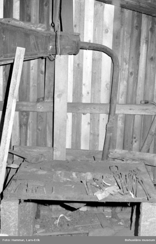 """Motivbeskrivning: """"F.d varv i Skredsvik, interiör från smedjan. Överst i bild del av blåsbälg."""" Datum: 19800717"""