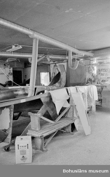 """Motivbeskrivning: """"Rolf Nicanders Båtbyggeri AB, däcksform, samt bitar av glasfibermatta."""" Datum: 19801003"""