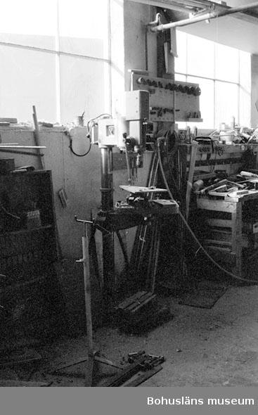 "Motivbeskrivning: ""Rolf Nicanders Båtbyggeri AB, på bilden syns bl.a en pelarborrmaskin."" Datum: 19801003"