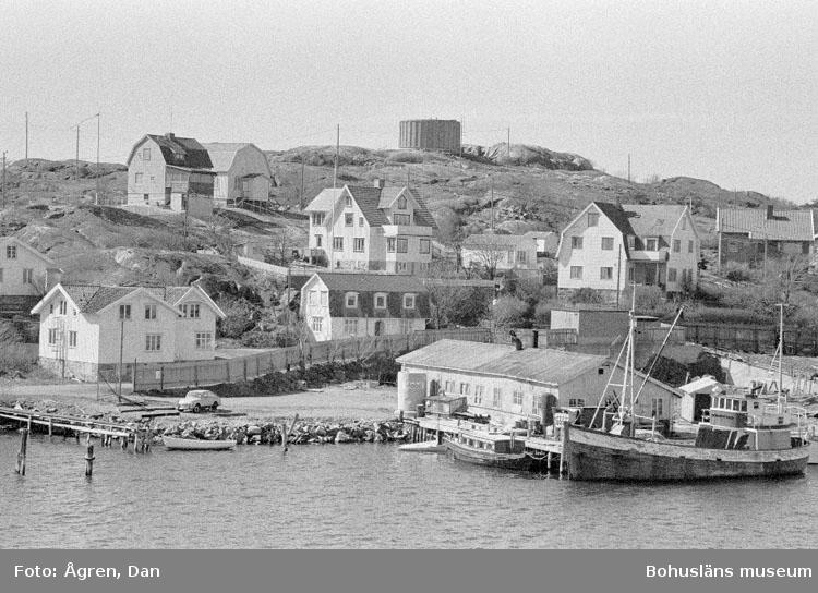 """Motivbeskrivning: """"Bergs varv på Hälsö, översiktsbilder av Bergs varv från Hälsö huvud mot Nv."""" Datum: 19800424"""