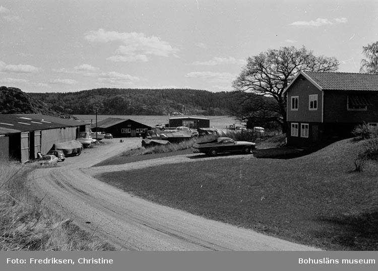 """Motivbeskrivning: """"19800509. Carlanders Båtvarv AB (Yngve Carlander), Ödsby, PA Munkedal. Vägen ner till varvet. SÖ."""""""