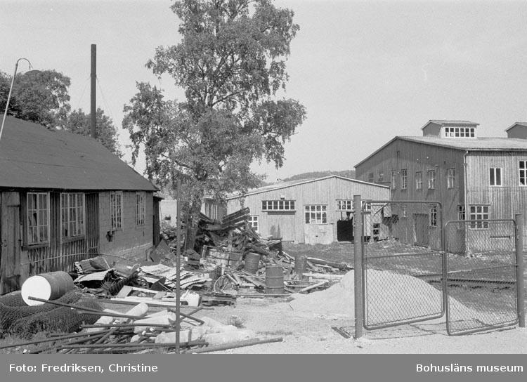 """Motivbeskrivning: """"Till höger båtbyggarmagasin och byggnad som tidigare inrymde bl.a. matsal, till vänster mekanisk verkstad och smedja""""."""