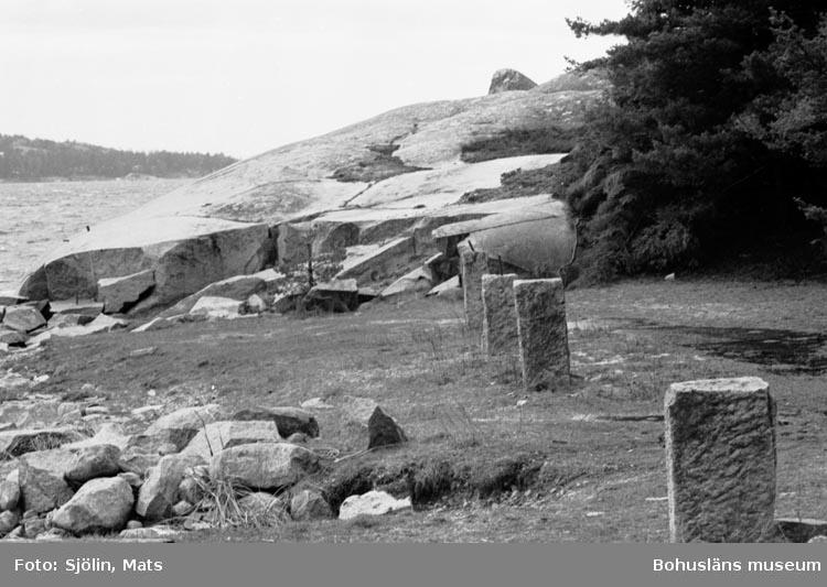 """Bohusläns samhälls- och näringsliv. 2. STENINDUSTRIN. Film: 4  Text som medföljde bilden: """"Utskeppning. April -77. """"Rester av utlastningskaj""""."""