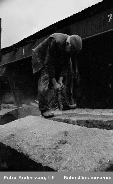 """Bohusläns samhälls- och näringsliv. 2. STENINDUSTRIN. Film: 12  Text som medföljde bilden: """"Borrning av kilhål. April -77."""""""