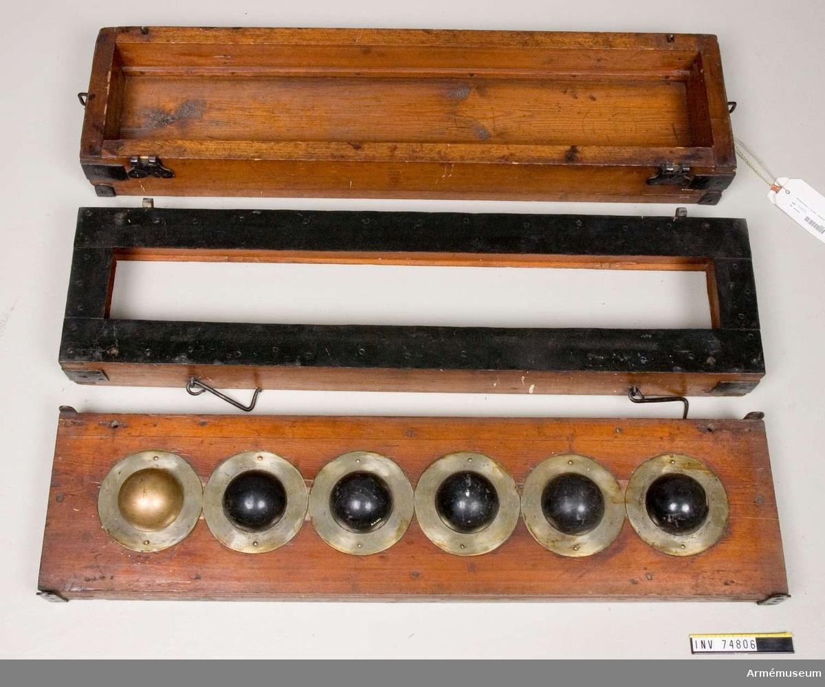 Grupp F V.  Formbräde för kulgjutning, 6 formkulor, 1 av metall och 5 av lera, 1700-talets senare hälft.