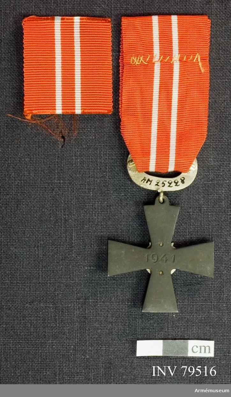 Ordenskors med årtalet 1941, Krans med lager och eklöv, Band, rött med vita ränder.  För riddare, sjukvårdspersonal, IV.klass av finska frihetskorset.