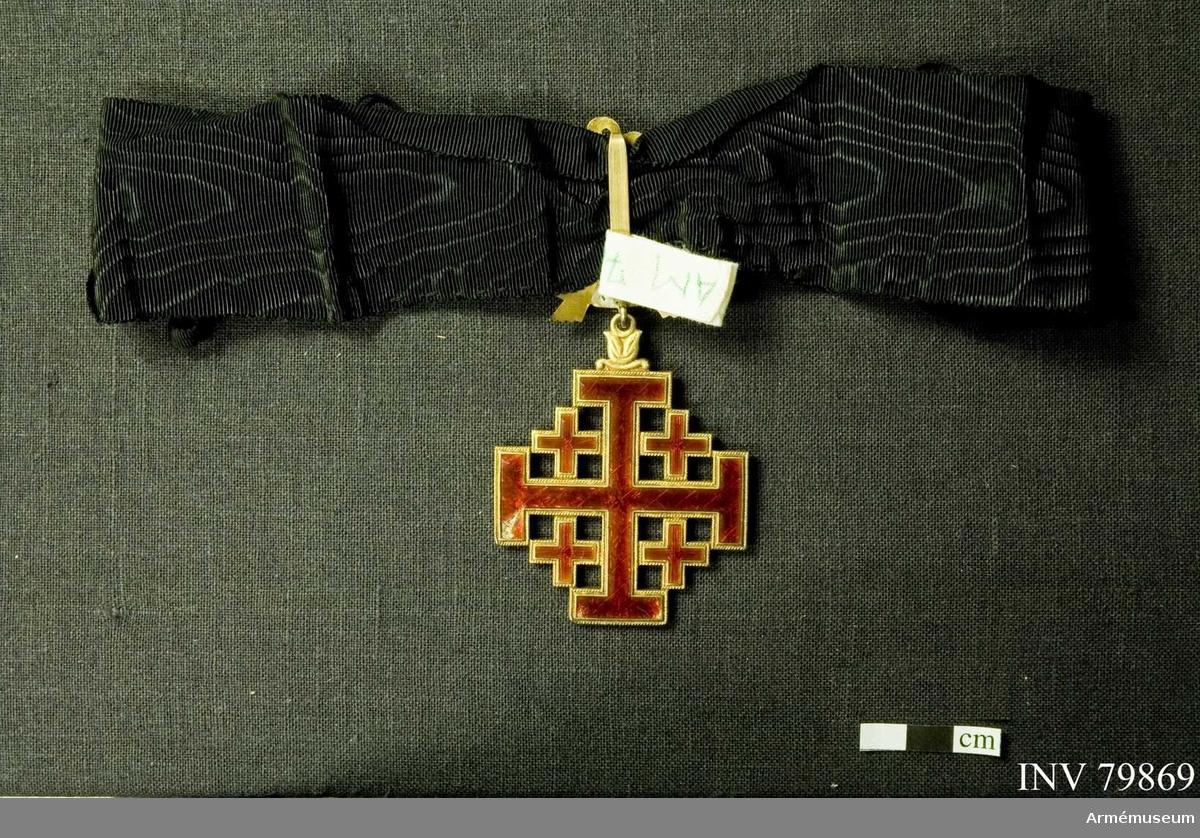 Grupp: M II   Påvliga Heliga Gravens orden, kommendörstecken i svart band.  Ordenstecken i snäcka. Miniatyr och knapp.