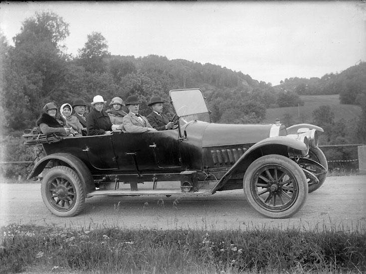 """Enligt senare noteringar: """"Utflykt i öppen bil, troligen någonstans vid Kvistrum."""" (BJ)"""