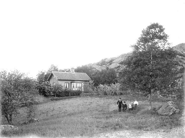 """Enligt noteringar: """"Familj utanför bostadshus, troligen i bergen nära Munkedals hamn."""" (BJ)"""
