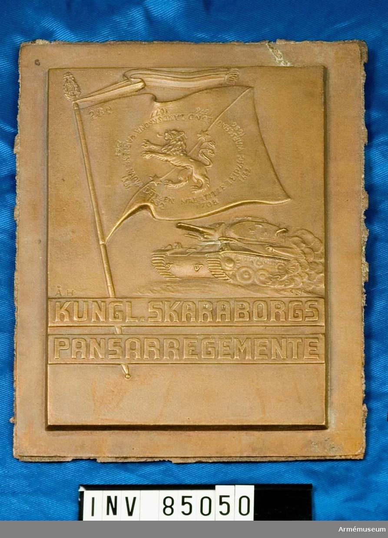 nr. 11794  /Pansarvagn, fana med lejon samt inskription Narva 1581, Lutzen 1632 m.m/  Skulptör Åke Hammarberg