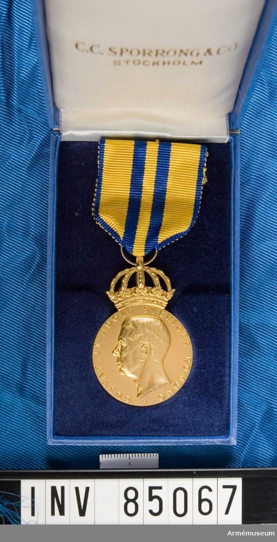 Medalj i ask med inskription på baksidan: SVERIGES RIKSIDROTTSFÖRBUND 1903-1953 I. HOLMQUIST Blå ask märkt på insidan C.C. Sporrong & Co. Stockholm