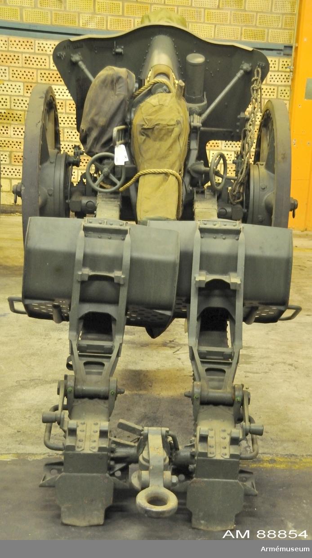10,5 cm haubits m/1939.Tillv.nr 7379. Milreg.nr 2822. System Rheinmetall-Borsig Tyskland.   Eldrörets l:2940 mm, vikt utan bakstycke: 485 kg. Största skottvidd: 10900 m. Hjuld:1300 mm, lättmetallekerhjul.Se vapenregister för armén 1951.  Består av:  1 haubits m/1939,  1 fodral t sidriktinrättning,  1 mynningsskydd,  1 riktinstrument, tillv.nr 27162 m fodral av plåt,  1 bromslina,  1 draglina, 1 kammarfodral,  1 kapell t pjäs, bakre del,  1 kapell t pjäs, främre del,  2 riktplåtar m riktplåtsfodral.