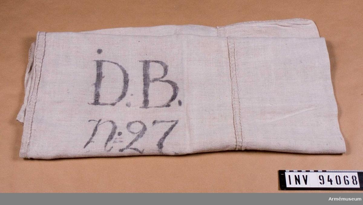 """Säck av grovt linne, stämplad på ena sidan """"D. v H."""" och på andra sidan """"D.B. No 27"""". Broderad """"vH"""" med röda korsstygn."""