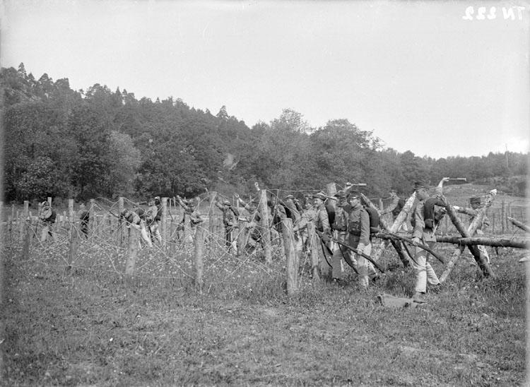 """Enligt senare noteringar: """"Stormning av taggtrådshinder. Övning Samnerödsfältet. Bohusläns regemente."""""""