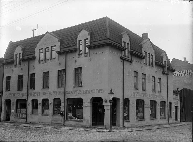 """Enligt tidigare noteringar: """"Hallmans hörna affärshus Norra Drottninggatan-Kungsgatan med Hallmans bokhandel."""""""