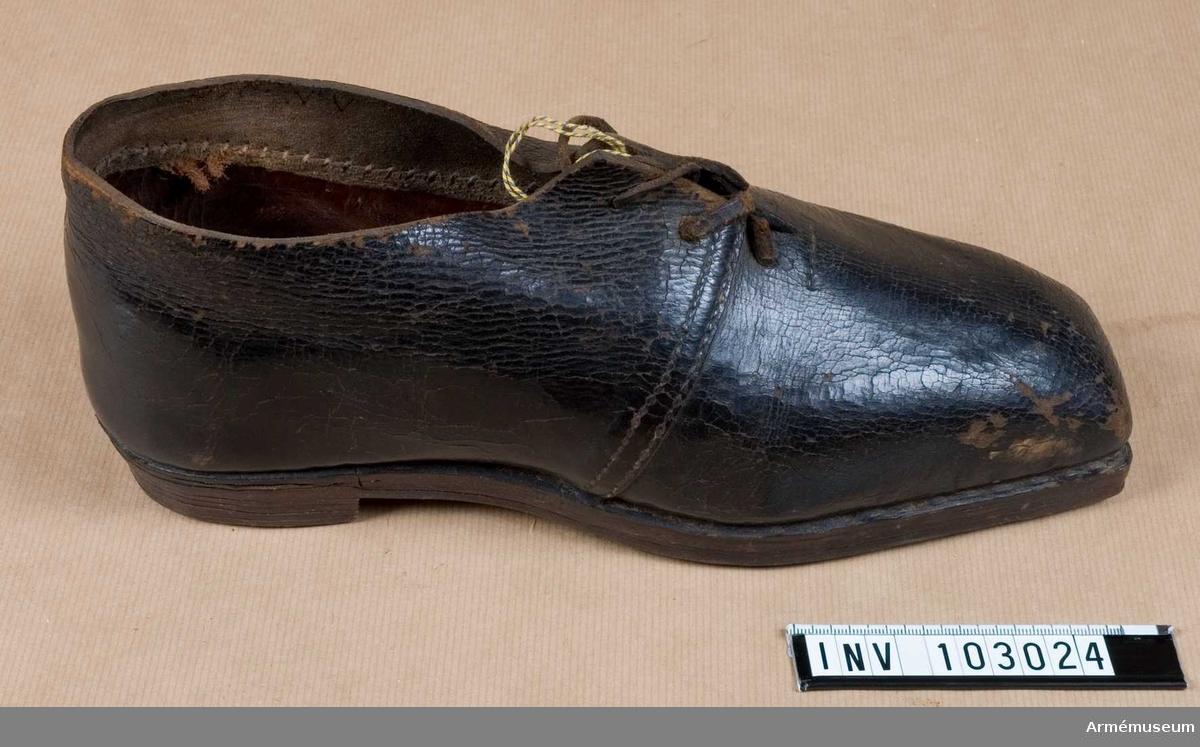 Grupp C I. Ur paraduniform för manskap vid Svea livgarde, 1816-1835. Består av frack, långbyxor, epåletter, björnskinnsmössa, plym, halsduk, patronkök, bandolärrem, axelgehäng, huggarhandrem, skor.