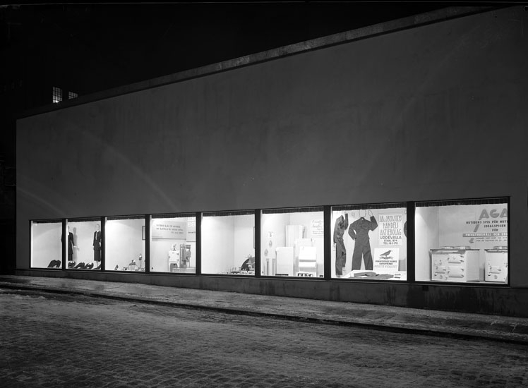 """Uppgift enligt fotografen: """"Uddevalla. Reklamfönster vid Hallmans. Kungsgatan."""""""