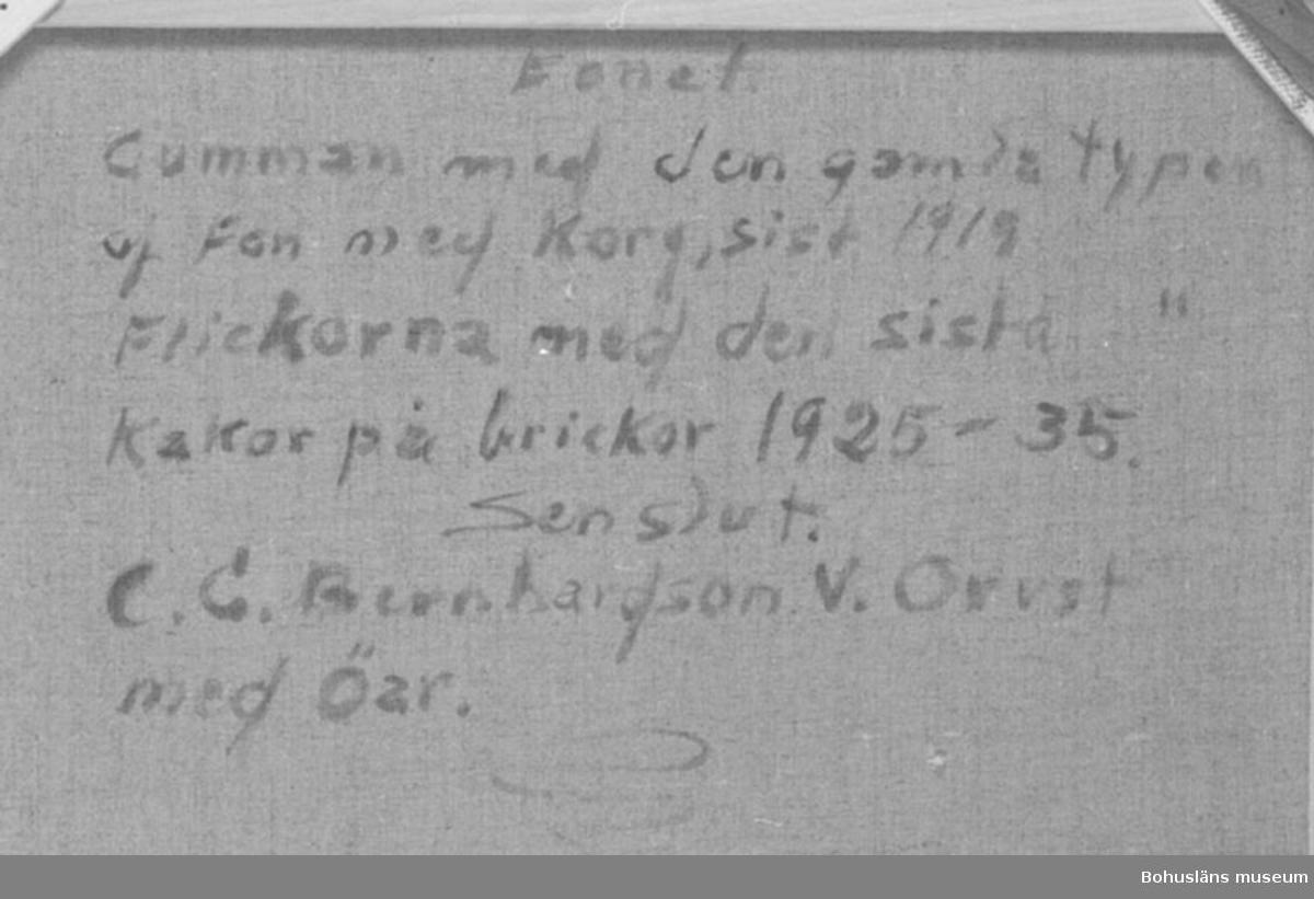 """* forts.: Förv. från: för etnologi och folklore.  394 Landskap Bohuslän 594 Landskap Bohuslän  Baksidestext:  """"Fonet.  Gumman med den gamla typen af Fon med Korg, sist 1919. Flickorna med den sista typen Kakor på brickor 1925 - 35. Sen slut. C.G. Bernhardson. V. Orust med Öar.""""  Ordförklaring: Fon = förning, matvara(or) som gåva eller till gemensam fest (jfr. knytkalas). En del av fonet skulle tas med hem igen efter kalaset åt den som fick stanna hemma.  Övrig historik; se CGB001."""