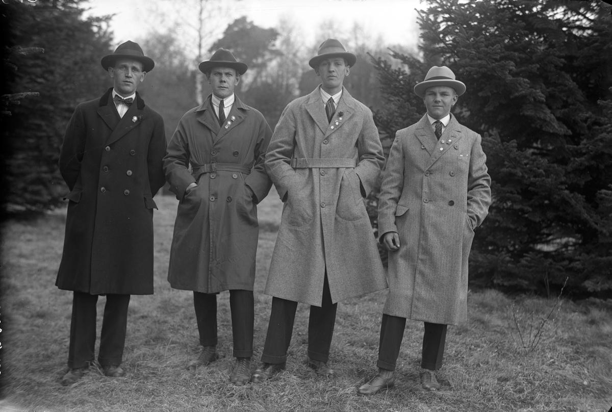 Fyra män poserar i det gröna.