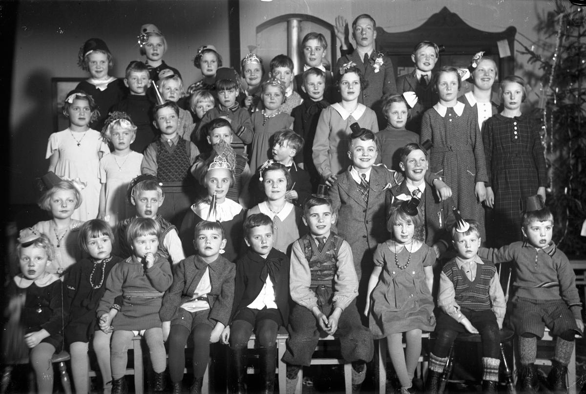 Barn har samlats till fest vid juletid.