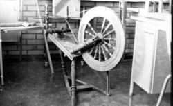 Utställning med textilredskap och textilier