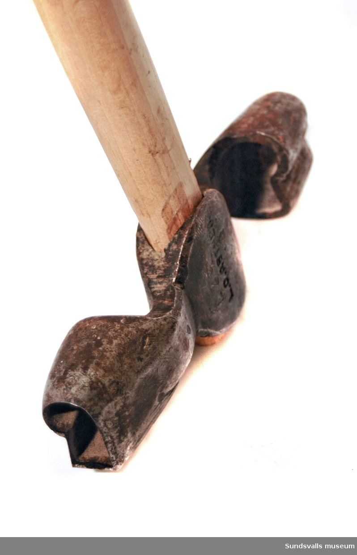 Dubbelsidig ärkyxa med träskaft.