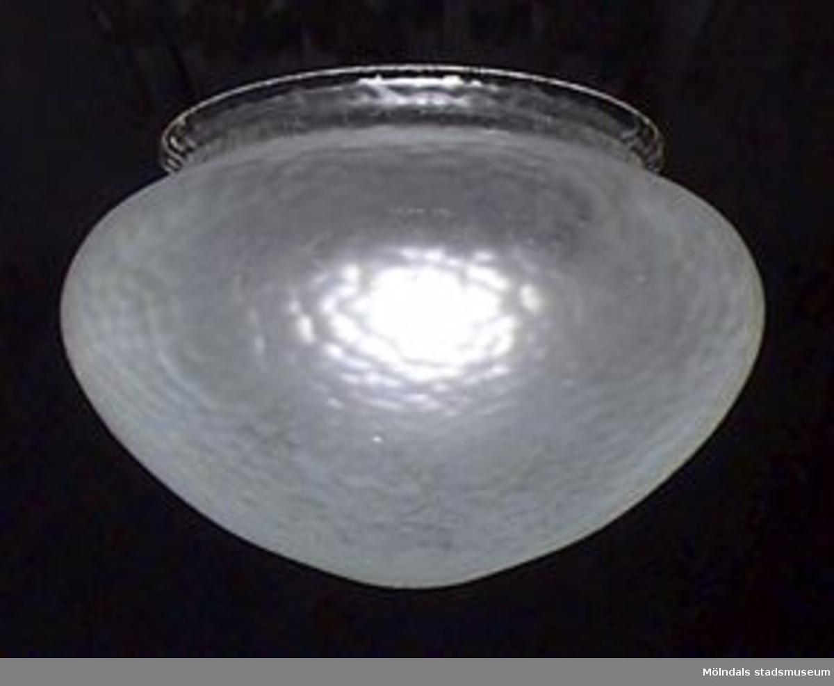 Blästrat lampkupa i glas i sluten rundad form i organiskt reliefmönster. Vita färgfläckar.