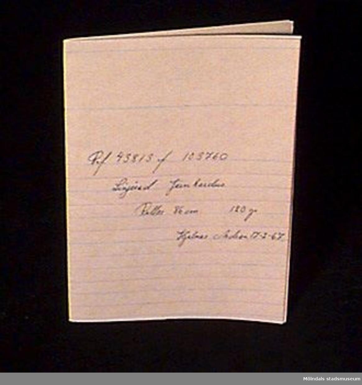 """Grova pappersark med gröna och röda tunna linjer på en sida. På MM02623:1 skrivet för hand """" Ref. 43813 f 103760, Linjerad Järnkardus, rullar. 86 cm., 120 gr., Hjalmar Andren 17-2-67."""" På de övriga arken står inget.Arken vikta.Litteratur: Papyrus 1895-1945, Minnesskrift, Esseltes Göteborgsindustrier AB, Göteborg 1945."""