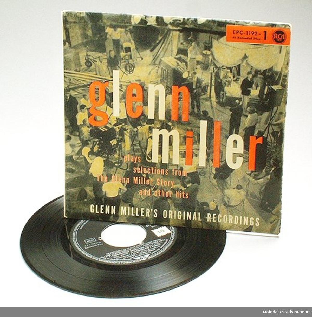"""EP-skiva Glenn Miller plays selections from """"The Glenn Miller story"""" and other hits.Skivomslag (:2) med en filminspelningsbild i svartvitt."""