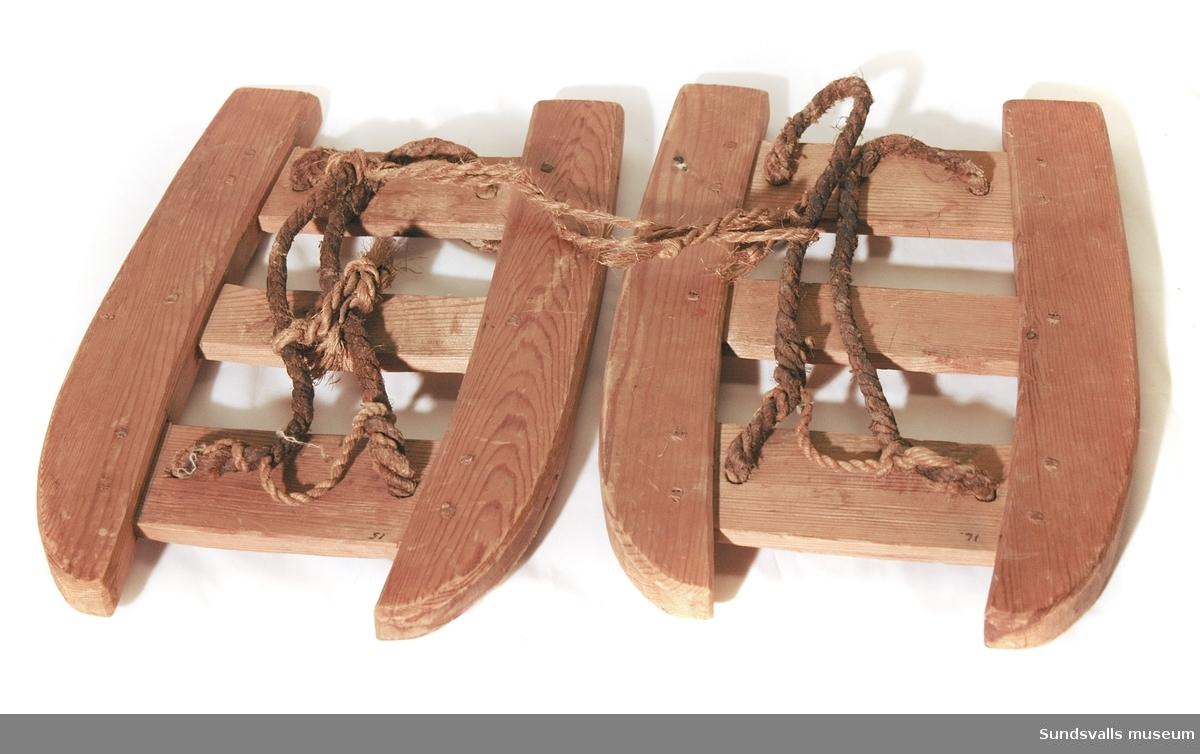 Tryga tillverkad i trä och rep. Tågbindning.