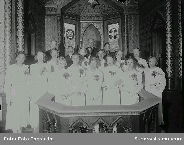 Konfirmander i koret på Svartviks Kyrka.