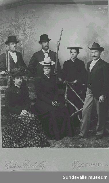 Gruppporträtt i ateljé