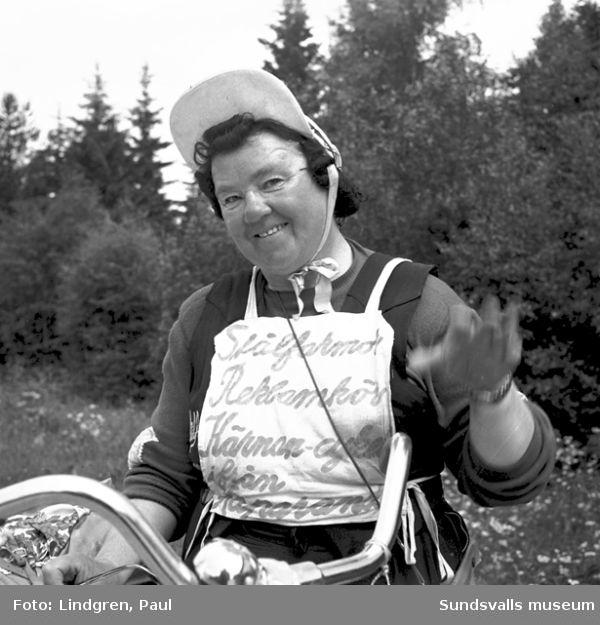 """Reportagefoto. """"Stålfarmor på cykel."""""""