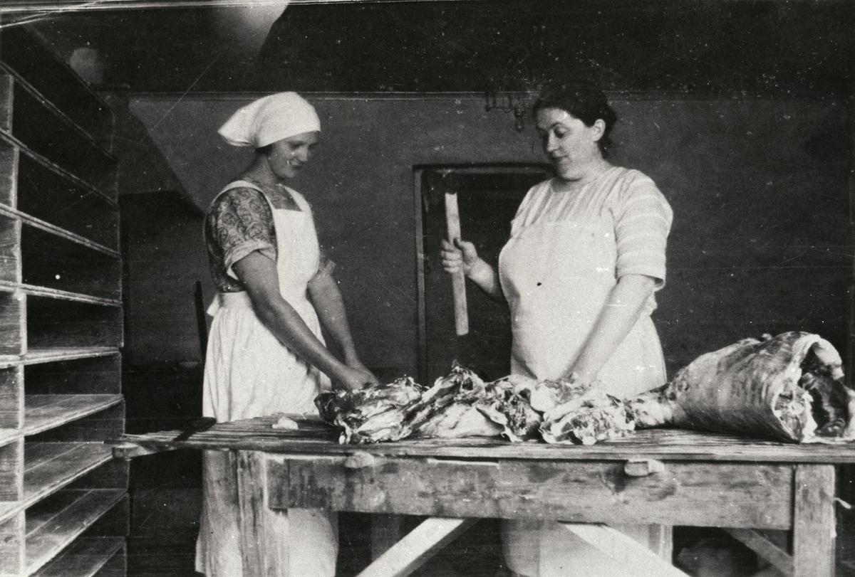 Styckning av en bagge i bagarstugan vid Kärra Hökegård. Hanna Larsson, föreståndarinnan, står till höger i bild.Kärra Hökegård var ett försörjningshem för såväl senildementa som psykiskt sjuka, ensamstående mödrar och personer med funktionsnedsättning. Verksamheten försvann i och med att Lackarebäckshemmet stod klart 1951.