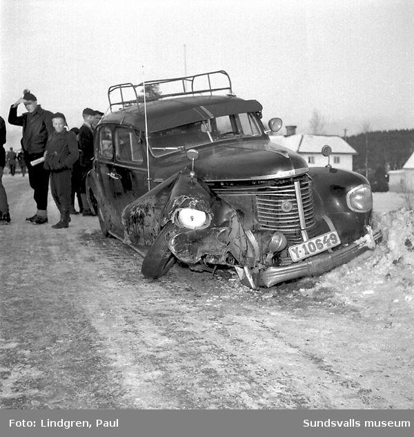 Bilolycka i Njurunda. Demolerad bil.