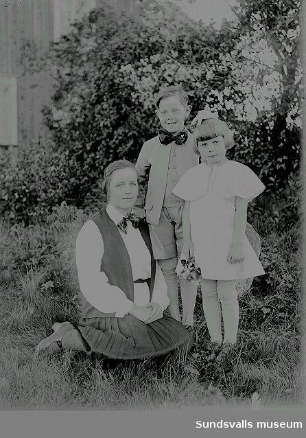 Grupporträtt. Barn i trädgård.