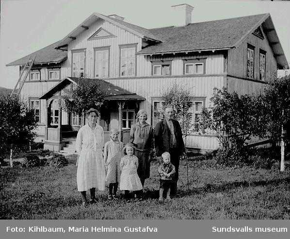 Familjeporträtt i trädgården.