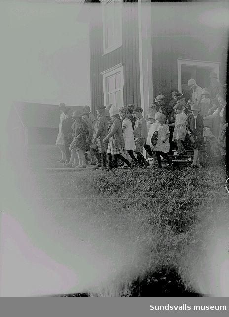 Skolbarn på väg ut från skolan.