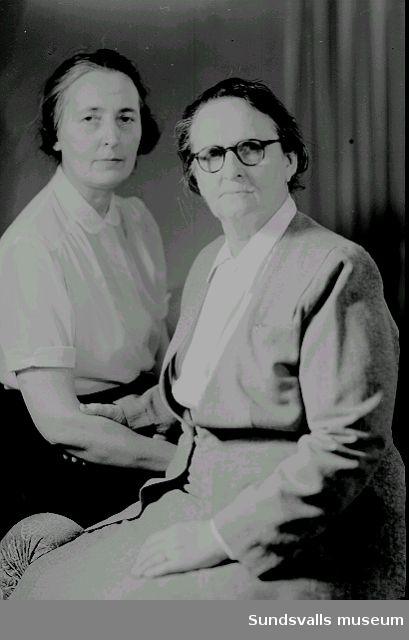 Fotograf Maria Kihlbaum och hennes kompanjon samt nära vän Ester Näslund, julen 1952. Omkring 1940 började Ester Näslund  arbeta som assistent hos Maria Kihlbaum och kom att ta över rörelsen efter Marias bortgång.