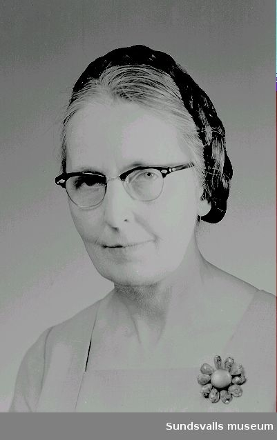 Porträtt av fotografen Ester Näslund. Ester var  född 1905 i byn Öppom, Ljustorps socken. Esters far som var mjölnare och intresserad av amatörfotograf var då och då på besök i Sundsvall för att köpa plåtar och lämna in en del viktiga bilder som han ville får proffessionellt kopierade hos fotograf Maria Kihlbaum. Ibland följde Ester med och fascinerades av miljön och arbetet i fotoateljén/affären. Maria behövde en assistent och därmed fick Ester en anställning där. Omkr 1940 flyttade Ester in i ett hus på Nygatan 41, Södermalm, hon övertalade sin föräldrar att flytta med. Även Maria Kihlbaum kom att flytta in i samma hus på övervåningen.