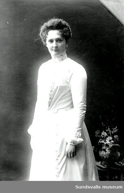 Ett tidigt porträtt av fotografen Maria Kihlbaum. Hon föddes i Mariestad och var 23 år gammal när hon kom till Sundsvall och tog den lediga ateljén på Storgatan 33 i besittning. Den första beställningsboken finns bevarad och där kan läsas att första dagen, 24 oktober 1897, blev sex personer avporträtterade, bland annat doktorinnan Edlund, fröken Malmqvist och fru Olssons dotter.