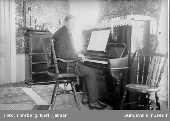 Johan Olsson vid pianot.