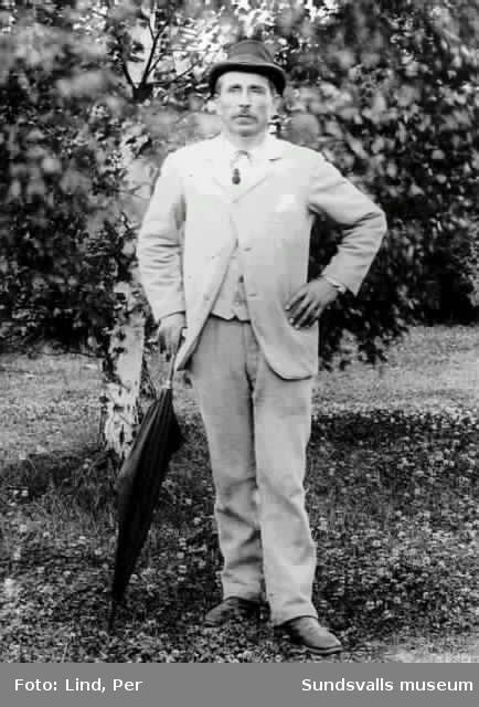 Alby 1898. En man med paraply.