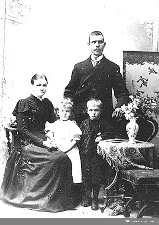 Annestorp i Lindome. Porträtt av en familj.