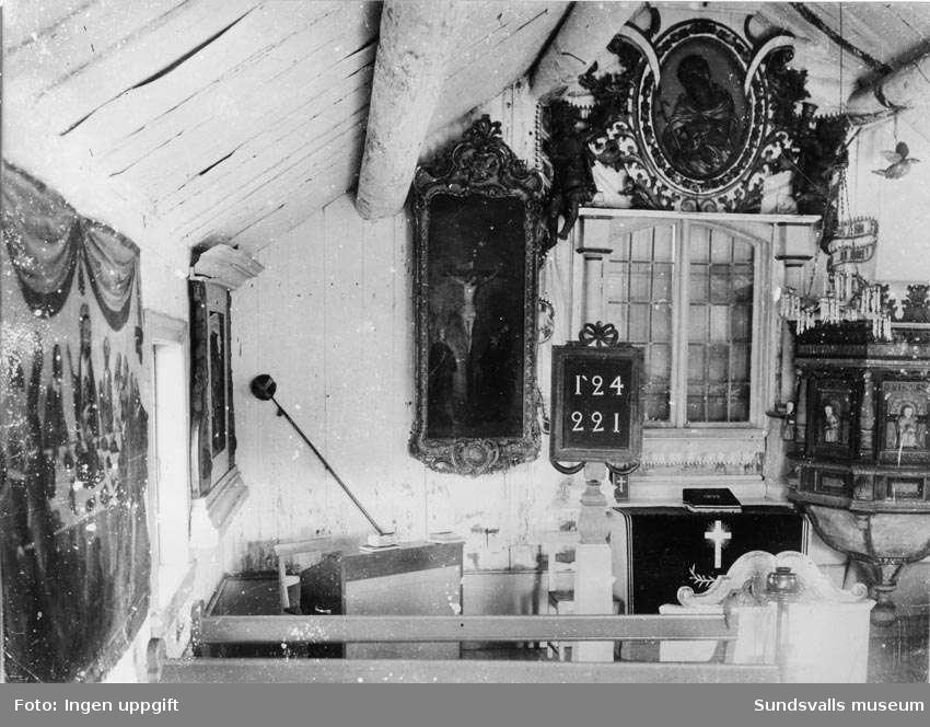 Brämö kapell. Kapellets kor. Med på bild bland annat altaret och prediksstolen.