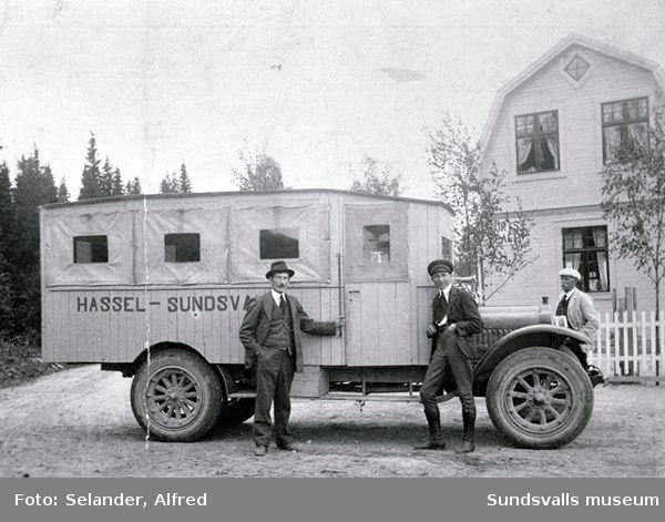 Första bussen till Hassel troligen 1923. Fr v Arvid Norberg, Tjärnsjön, chauffören Sjölander och P A Hasselqvist