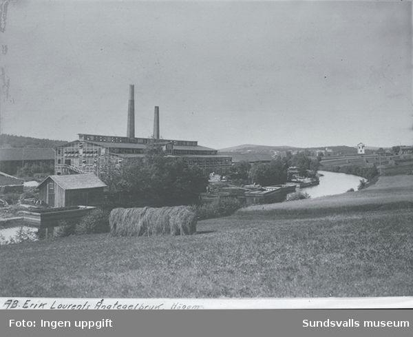 Till vänster AB Erik Laurents Ångtegelbruk (Högoms tegelbruk på 1930-talet) och till vänster i bakgrunden  Skönviks transformatorstation.