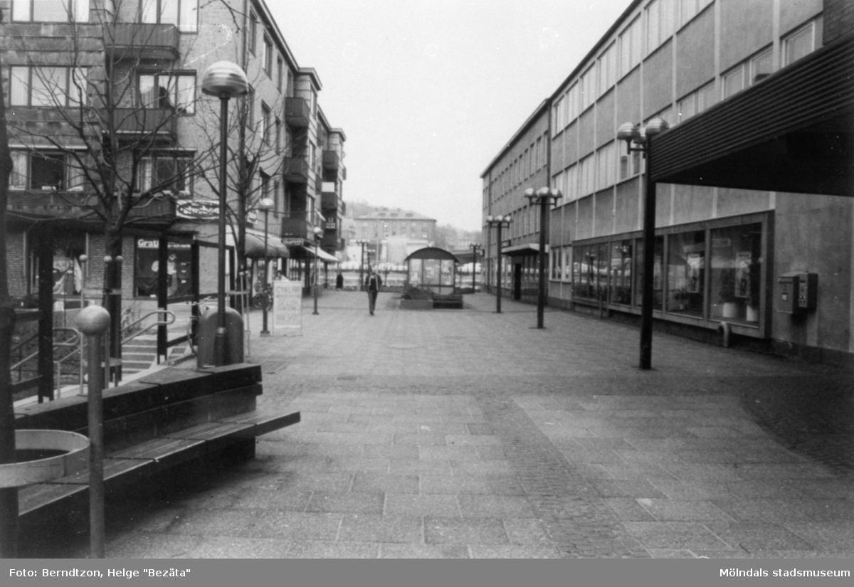 """Brogatans äldsta stenhus till vänster (längts ner mot Göteborgsvägen). Till höger ligger gamla """"Gillet"""", med bank och post, 1980-tal. Gatan hette då Frölundagatan."""